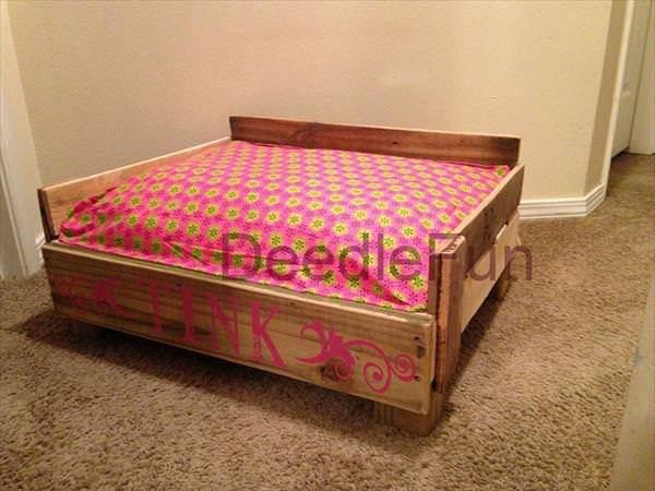 15 super cute wood pallet dog beds creative spotting for Wood pallet dog bed