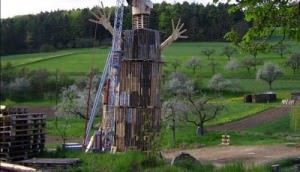 Spectacular-sculpture-of-a-giant-human-made-just-with-recycled-pallets