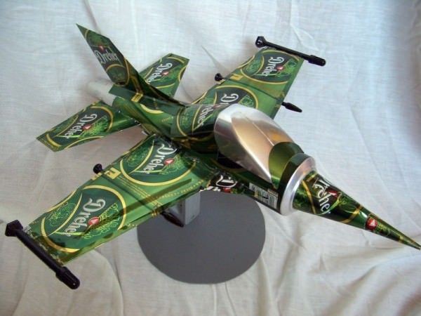 b7d0d8b6c129e3d3b0771d4923eff939 d5lda3y 600x450 Beer can plane by tamas kanya in general  with Recycled plane beer cans