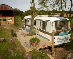 Shabby-Chic-Garden-Bus-House-5